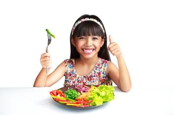 Nena_come_verduras